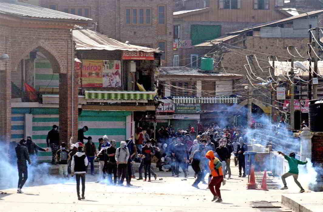 A crowd stone-pelting security personnel in Kashmir. Photo: UNI