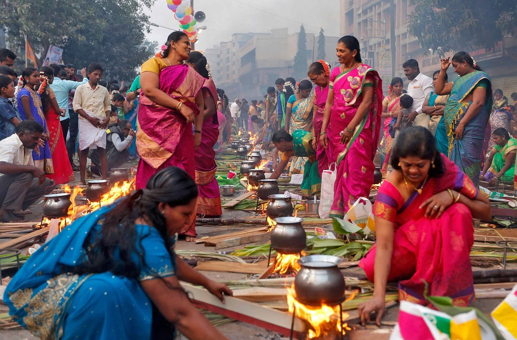 LONGING FOR THE SUN: Devotees prepare rice dishes to offer to the Sun as they attend Pongal celebrations early morning in Mumbai, January 14, Reuters/UNI