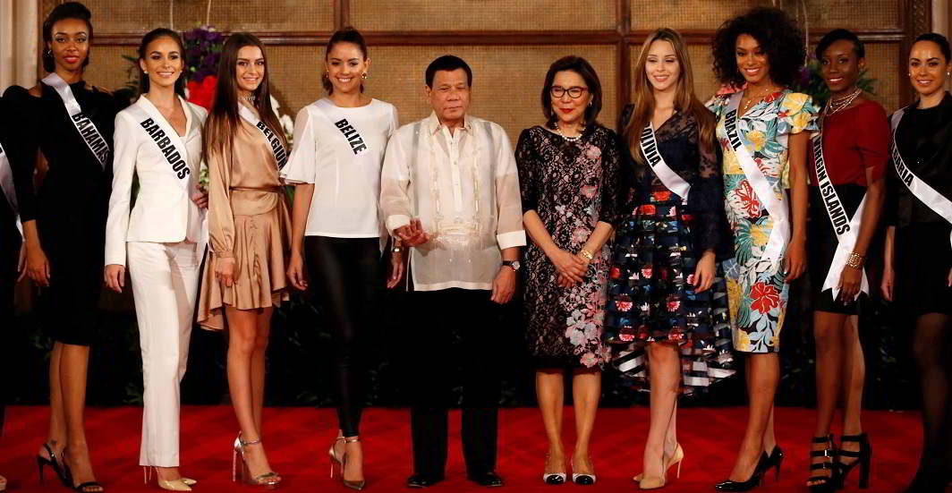 BEVY OF BEAUTIES: Philippine president Rodrigo Duterte and Philippine tourism secretary Wanda Teo pose with Miss Universe candidates at the presidential palace in Manila, Philippines, on January 23, Reuters/UNI
