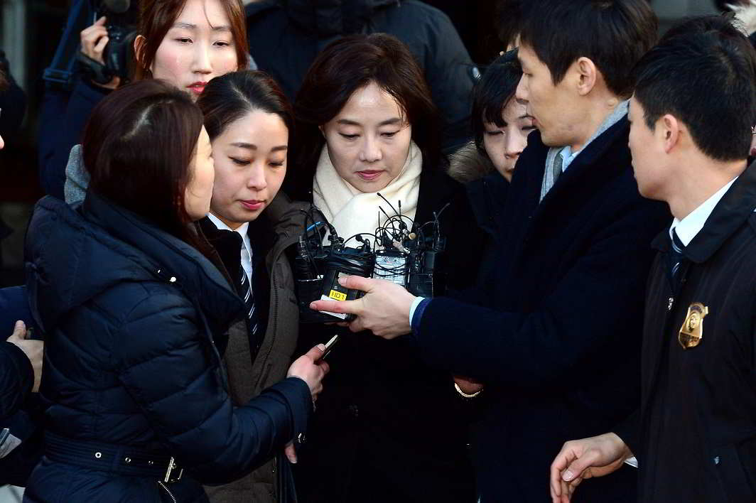 Done for the day- Culture Minister Cho Yoon-sun leaves after attending a court hearing to review a detention warrant request against her at the Seoul Central District court in Seoul, South Korea, January 20, 2017. Picture taken on January 20, 2017. REUTERS -2R