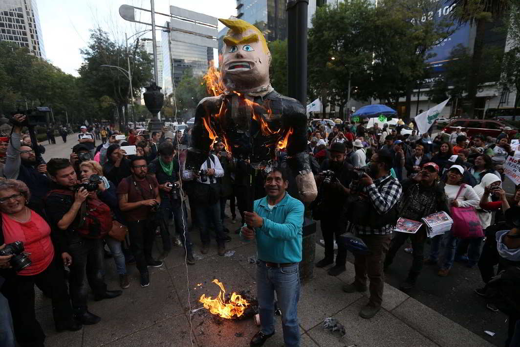 The rebellions- Demonstrators burn a piñata representing the U.S. President Donald Trump during a protest outside the U.S. embassy, in Mexico City, Mexico January 20, 2017. REUTERS-10R