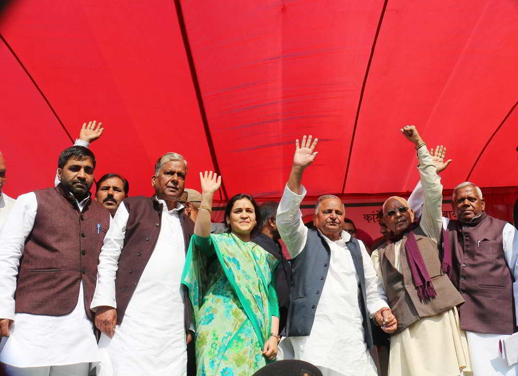 FATHER FIGURE: Samajwadi Party patron Mulayam Singh Yadav addresses an election rally in support of his daughter-in-law Aparna Yadav who is contesting from Lucknow Cantt assembly seat, UNI
