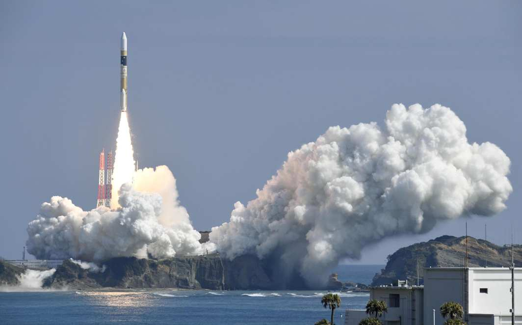 BLAST-OFF: A H-IIA rocket, carrying an information gathering radar satellite, lifts off from the launching pad at Tanegashima Space Center on the southwestern Japanese island of Tanegashima, Reuters/UNI