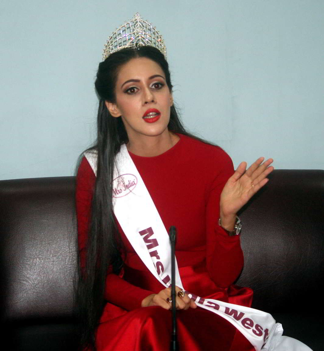 HAPPY DAY: Mrs India West Crown Winner Anjali Raut Gill interacts with mediapersons at Press Club in Chandigarh, UNI
