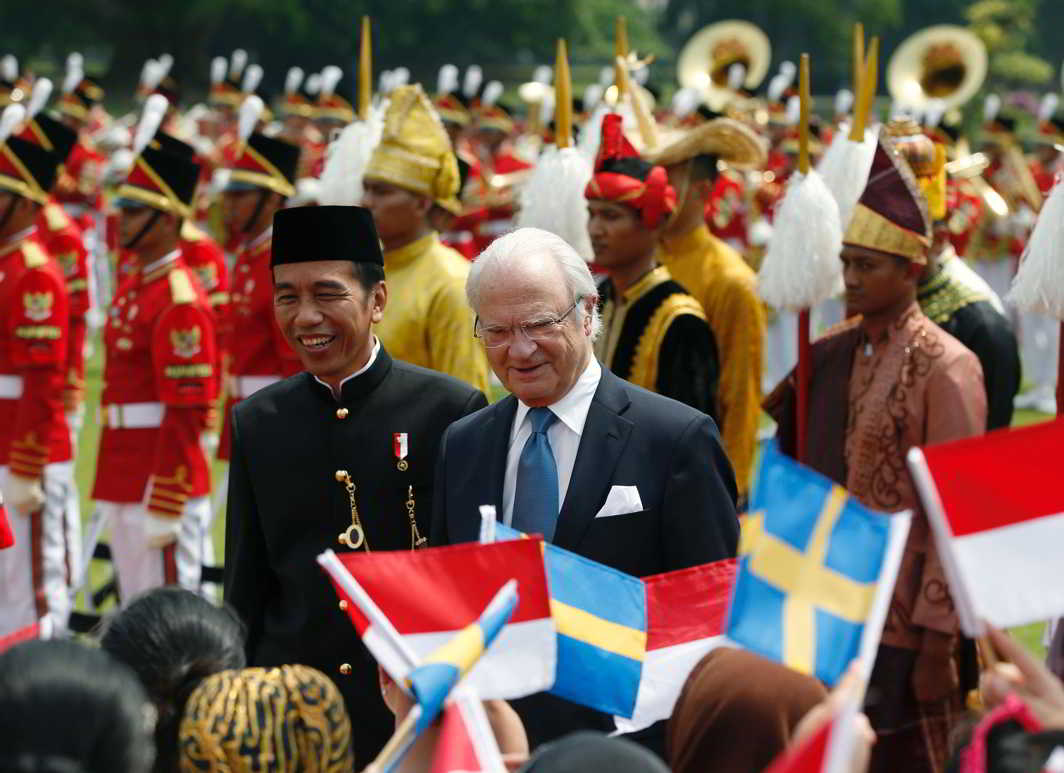 HELLO KING: King Carl XVI Gustaf of Sweden (right) walks with Indonesia's president Joko Widodo past children waving flags, during a welcome ceremony, at the presidential palace in Bogor, Indonesia, Reuters/UNI