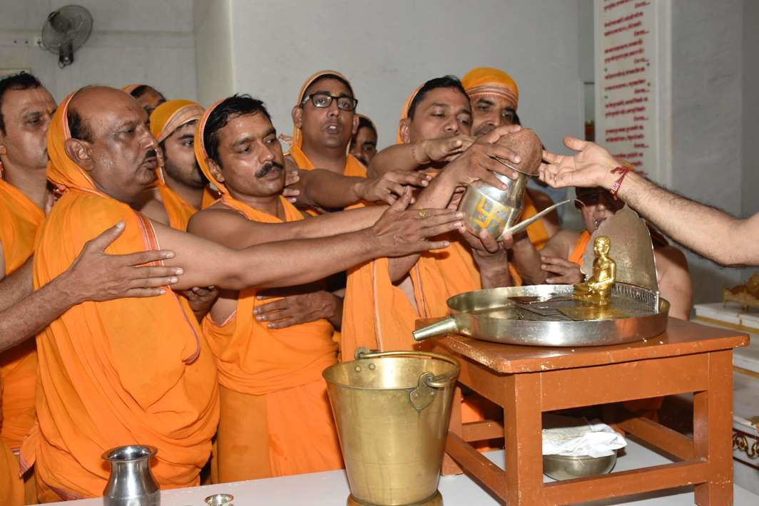 DEVOTION: Jain devotees performing jalabhisek of Lord Mahavir Swarnim Sanyam Mahotsav in Patna, UNI