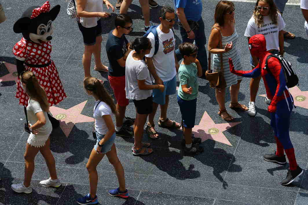 STARS AT THEIR FEET: Tourists walk along Hollywood Boulevard in California, US, Reuters/UNI