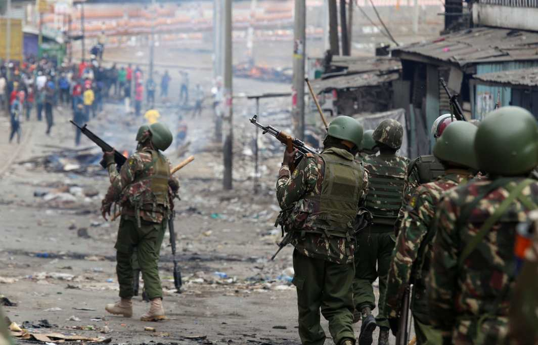 EQUATORIAL UNREST: Anti-riot policemen arrive to disperse protesters in Mathare, in Nairobi, Kenya, Reuters/UNI