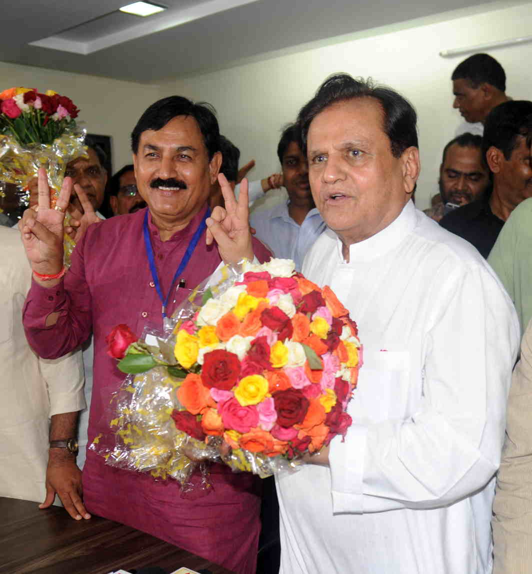 THE TORTOISE WINS: Gujarat Congress president Bharatsinh Madhavsinh Solanki and Congress leader Ahmed Patel display the victory sign after winning the Rajya Sabha election in Ahmedabad, UNI