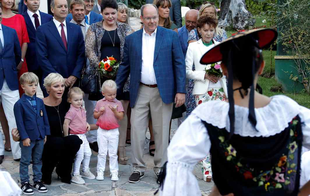HOLI-HOLIDAY: Prince Albert II and his wife Princess Charlene of Monaco arrive with their twins Prince Jacques, Princess Gabriella and an unidentified child to take part in the traditional picnic, Reuters/UNI