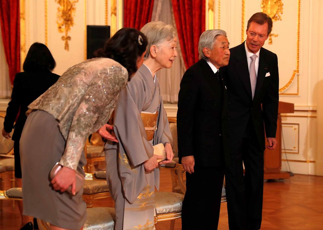 OHAYU GOZAIMASU: Luxembourg's Grand Duke Henri (R) and Princess Alexandra (L) greet Japan's Emperor Akihito (2nd R) and Empress Michiko during a concert hosted by the Grand Duke Henri, at Akasaka Palace state guest house in Tokyo, Japan, Reuters/UNI