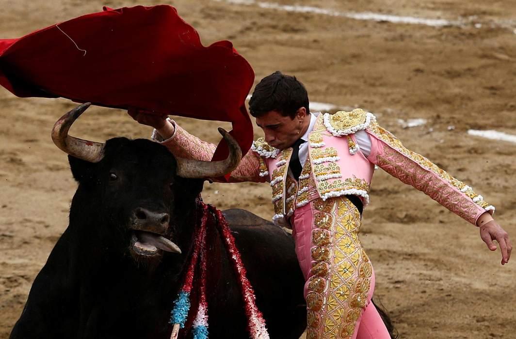 EL MATADOR VALIENTE: Spanish bullfighter Paco Urena performs a pass to a bull during a bullfight at Peru's historic Plaza de Acho bullring in Lima, Reuters/UNI