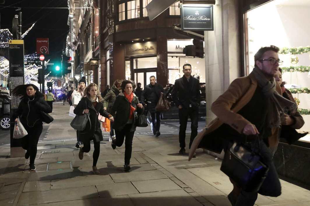 TUBE PANIC: People run down Oxford Street, London, Reuters/UNI