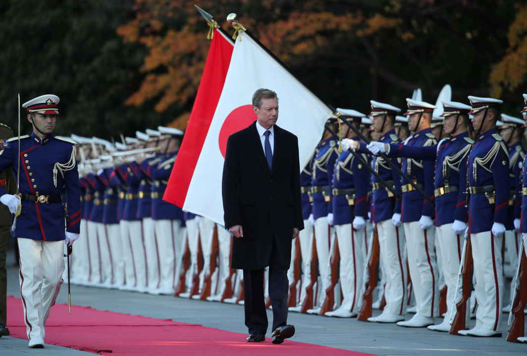 WALK ON: Grand Duke Henri of Luxembourg inspects a guard of honour during a welcome ceremony at the Imperial Palace in Tokyo, Reuters/UNI