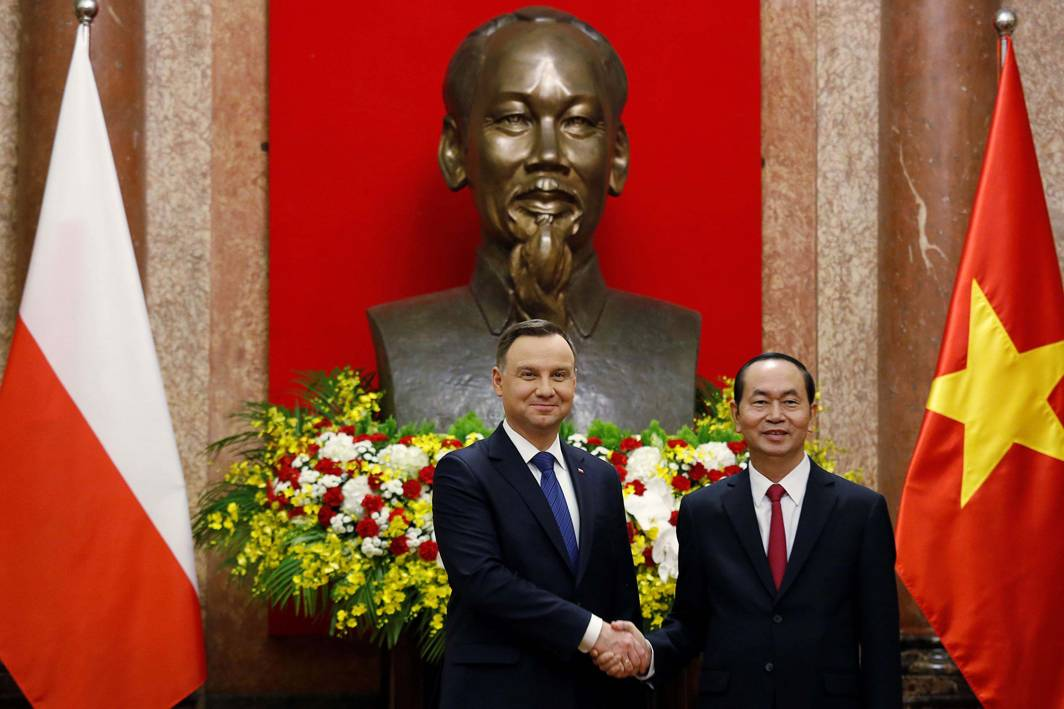 UNDER HIS SHADOW: Poland's President Andrzej Duda (L) poses for a photo with his Vietnamese counterpart Tran Dai Quang in front of a statue of late Vietnamese revolutionary leader Ho Chi Minh at the presidential palace in Hanoi, Reuters/UNI