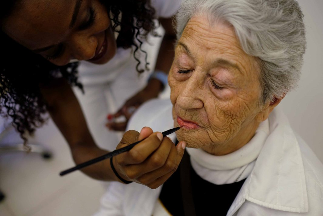 STILL GOOD LOOKING: A senior citizen receives makeovers and beauty care at a beauty salon of Jacques Janine, to boost her self esteem, an event organised by Projeto Velho Amigo NGO with 90 women that live at nursing homes, in Sao Paulo, Brazil, Reuters/UNI