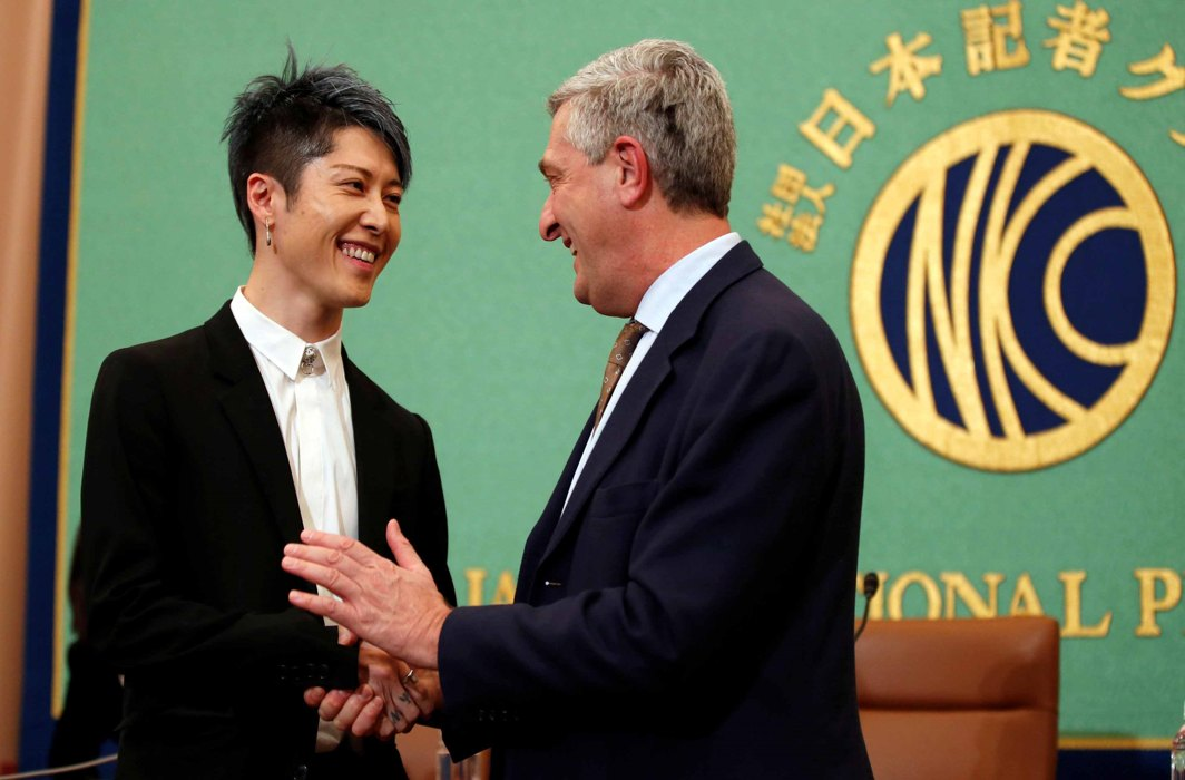 SPREAD YOUR MAGIC: UN High Commissioner for Refugees Filippo Grandi (R) shakes hands with Japanese musician Miyavi after he is appointed the first Goodwill Ambassador in Japan by UNHCR at a news conference at the Japan National Press Club in Tokyo, Reuters/UNI