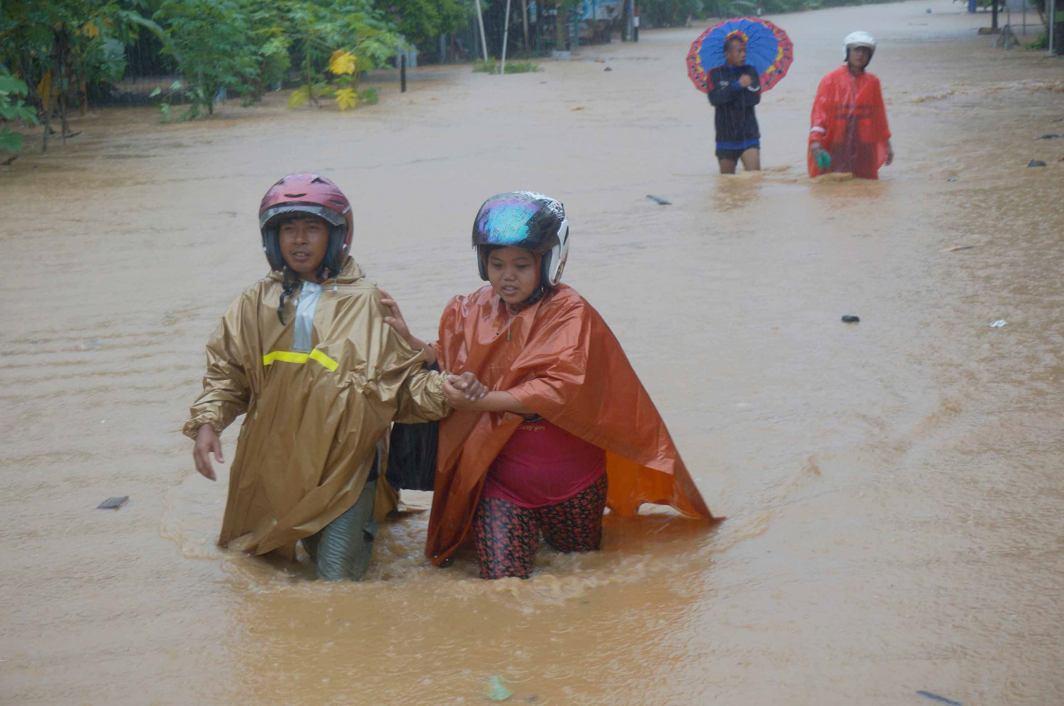 CLOSER TO NATURE: Villagers walk in flood waters after heavy rain hit Hadiwarno village in Pacitan, Indonesia, Destyan Sujarwoko/Antara Photo/Reuters/UNI