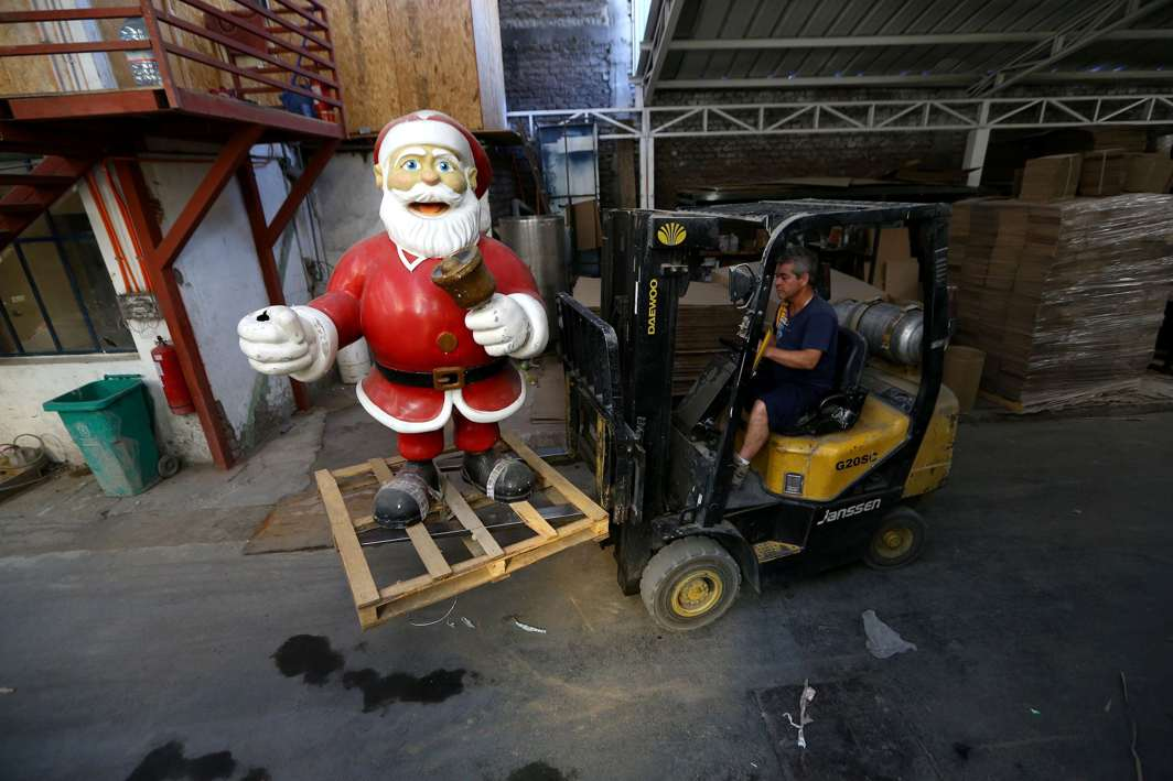 LILLIPUT: A worker uses a forklift to move a Santa Claus figurine in Santiago, Chile, Reuters/UNI
