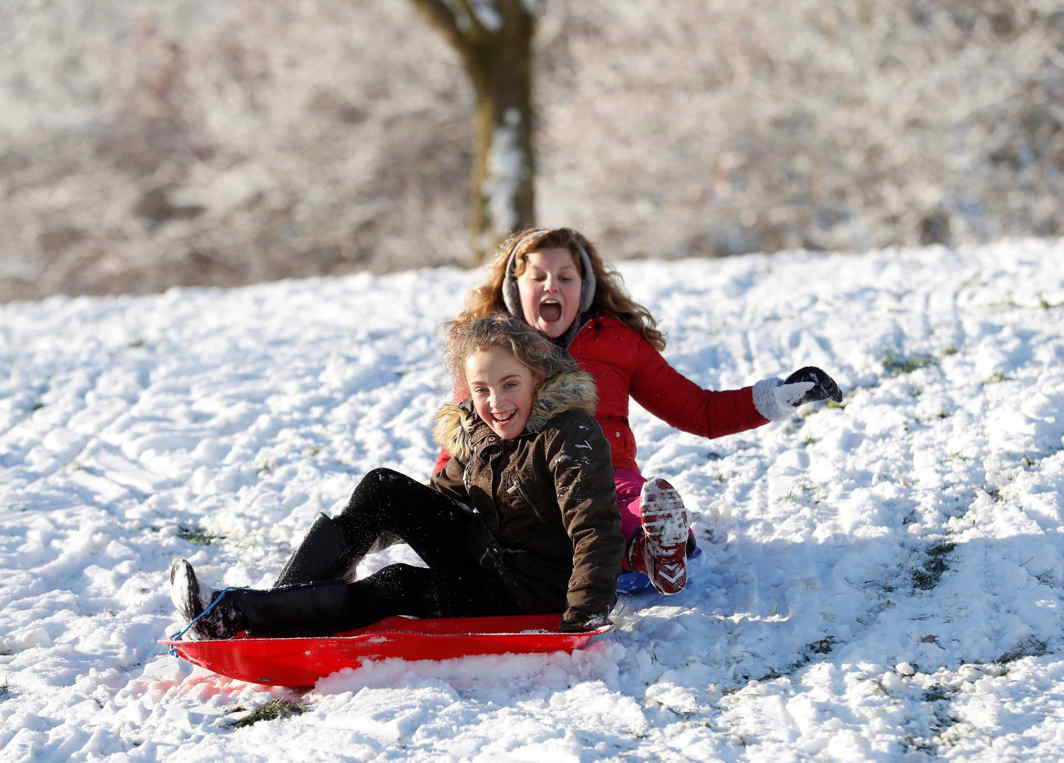 WHITE FUN: Children play in the snow in Newcastle-under-Lyme, Britain, Reuters/UNI