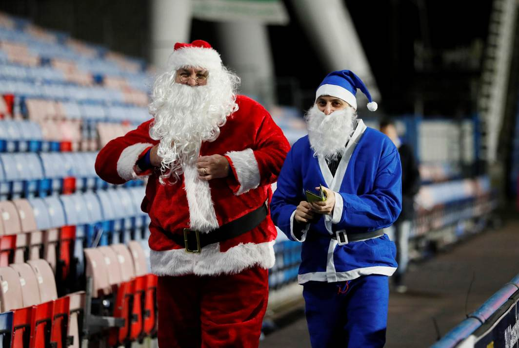 SOCCER SANTAS: Fans in fancy dress at the John Smith's Stadium, Huddersfield, Britain to attend an English Premier League match, Reuters/UNI