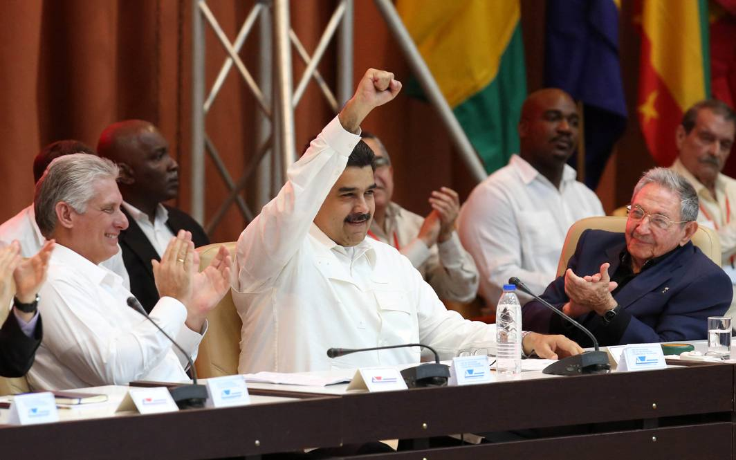 VIVA SUDAMERICA: Venezuela's President Nicolas Maduro (C) gestures between Cuba's President Raul Castro (R) and Cuba's First Vice-President Miguel Diaz-Canel during the celebrations of the 13th anniversary of the creation of the Bolivarian Alliance for the Peoples of Our America-Peoples' Trade Treaty (ALBA-TCP) and Act of Solidarity with Venezuela, in Havana, Cuba, Reuters/UNI