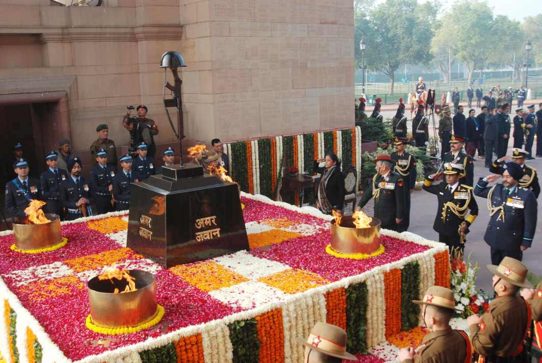 VICTORY TRIBUTE: Defence Minister Nirmala Sitharaman and the three service chiefs pay homage at Amar Jawan Jyoti on the occasion of Vijay Diwas-2017, in New Delhi, UNI
