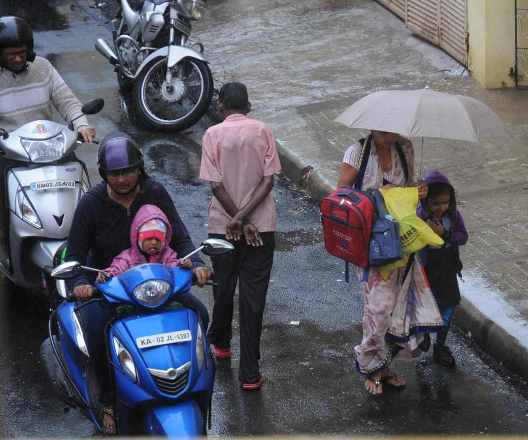 RAINY DAY: Drizzle owing to Cyclone Ockhi in Bengaluru, UNI