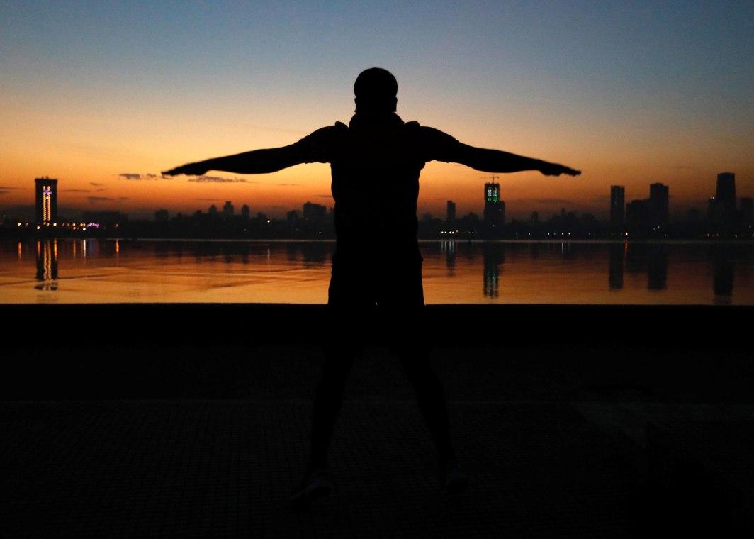 WALK TALL: A man exercises early morning along the Arabian Sea in Mumbai, India, Reuters/UNI
