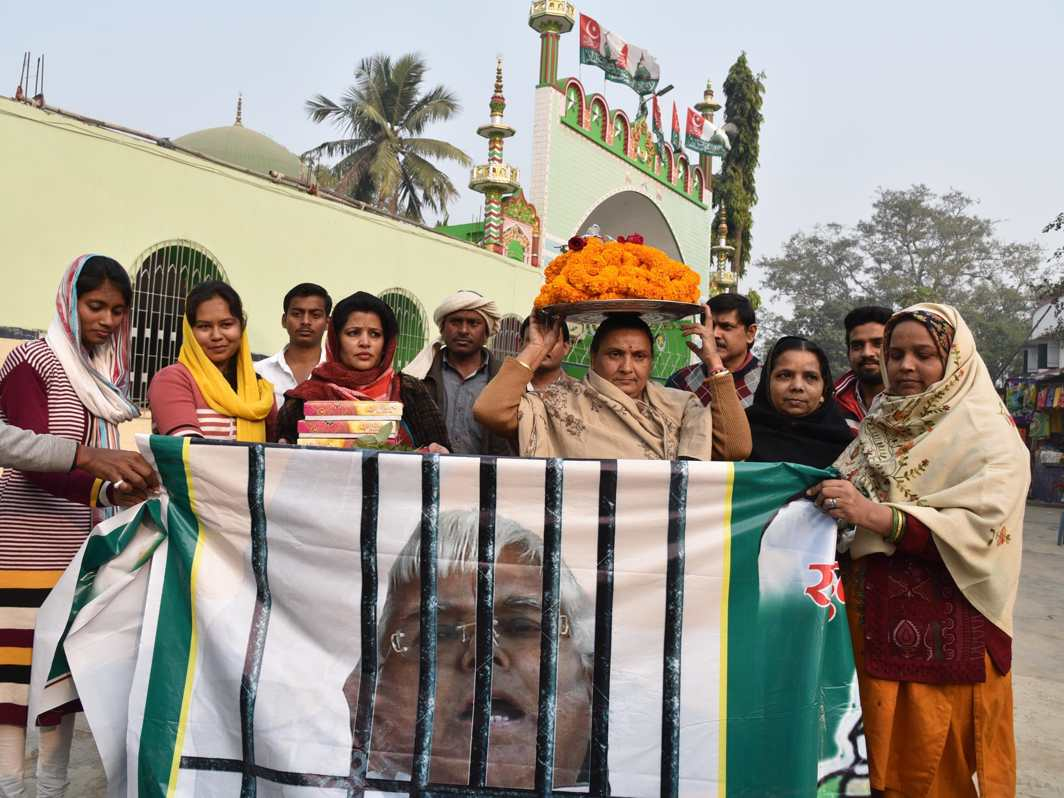A PRAYER FOR OUR LEADER: RJD women workers at the High Court Mazar for release of the party chief Lalu Prasad, in Patna, UNI