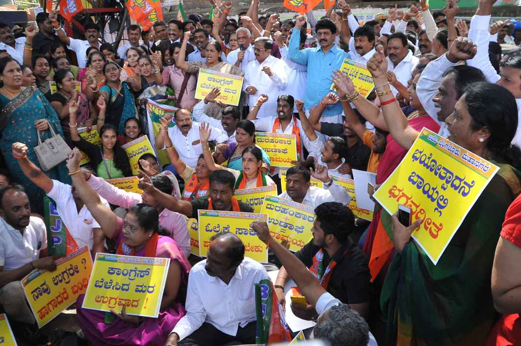 OFFENDED: BJP workers stage a protest against Karnataka Chief Minister Siddaramaiah for his controversial statements against the BJP and RSS, at the State Bank Mysore Circle office in Bengaluru, UNI