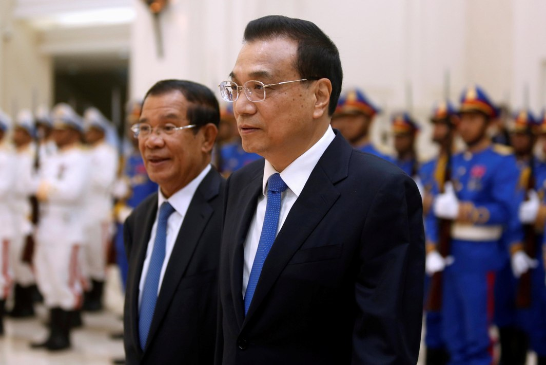 WHAT LOYAL FORCES: Chinese Premier Li Keqiang and Cambodia's Prime Minister Hun Sen review an honour guard in Phnom Penh, Cambodia, Reuters/UNI