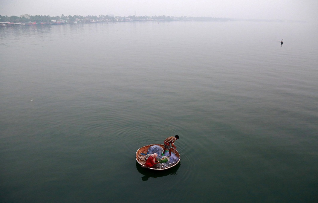 DAILY LABOUR: A fisherman and his wife catch fish in the waters of Vembanad Lake in Kochi, India, Reuters/UNI