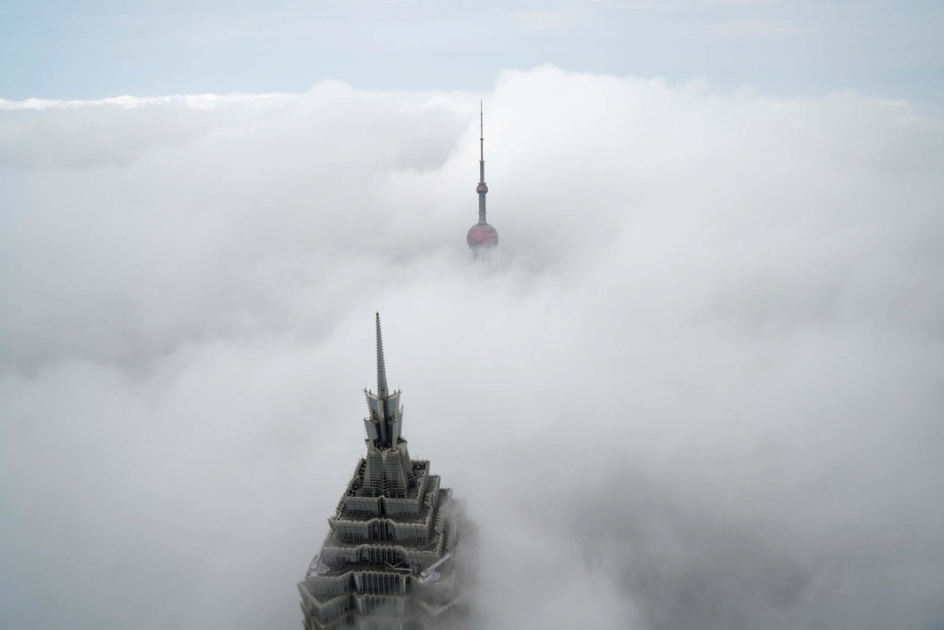 LANDMARKS: Skyscrapers Oriental Pearl Tower and Jin Mao Tower (L) are seen from the Shanghai World Financial Centre on a foggy day in the financial district of Pudong in Shanghai, China, Reuters/UNI