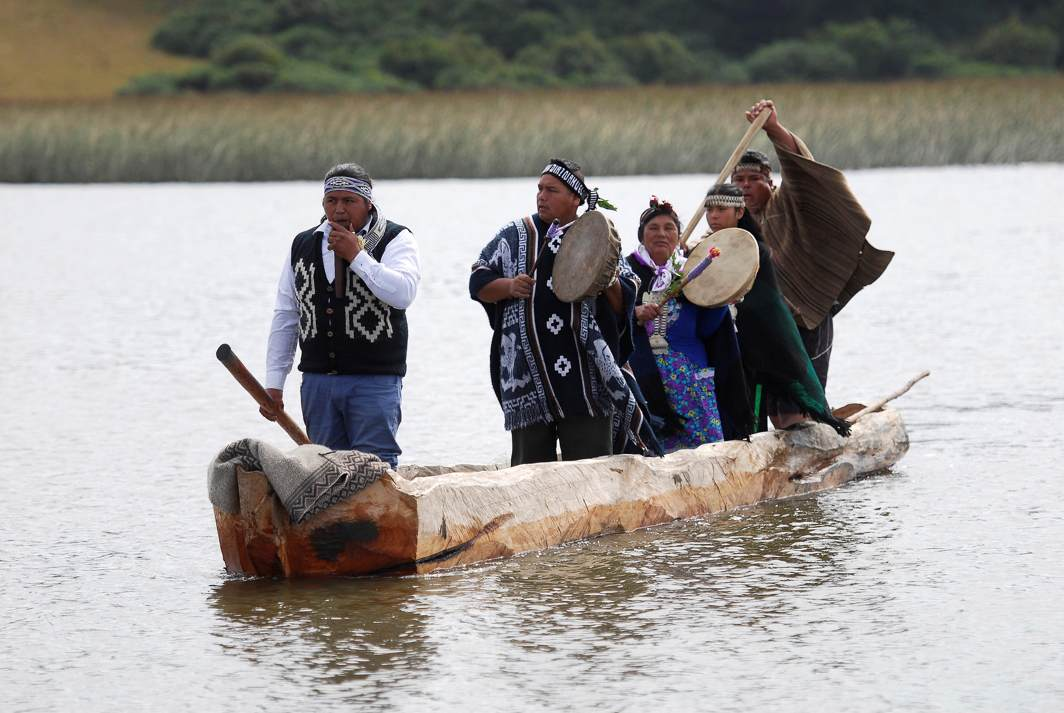 ROW YOUR BOAT: Mapuche Indians on a 'Wampo', a traditional canoe made from a hollowed tree trunk during a 'Wampo' canoes race at Budi Lake, in Temuco, Chile, Reuters/UNI