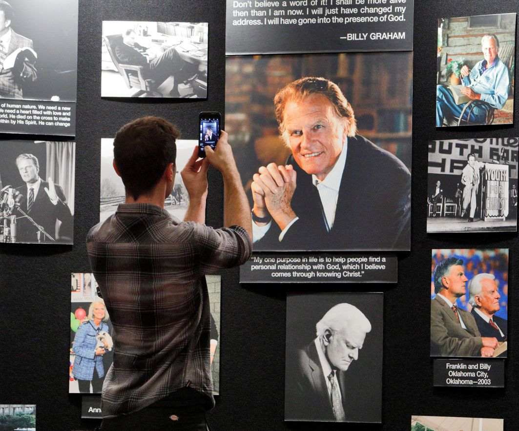 MEMENTO: A visitor photographs a picture of evangelist Billy Graham, who died Wednesday at his Montreat home aged 99, inside Chatlos Memorial Chapel on the grounds of the Billy Graham Training Center in Asheville, North Carolina, US, Reuters/UNI