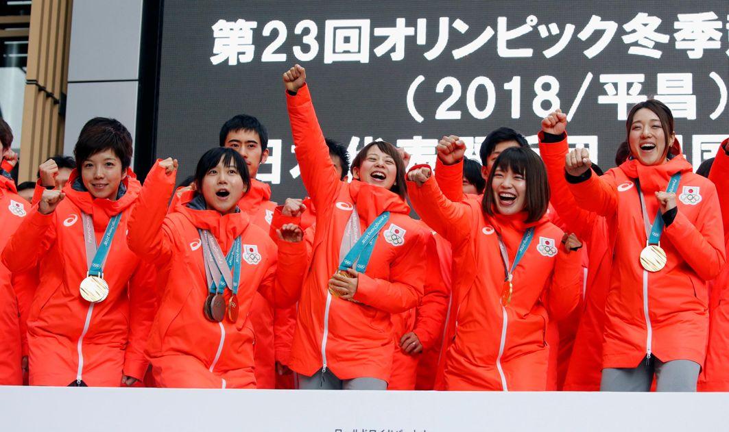 GREETINGS: Pyeongchang 2018 Winter Olympics Women's speed skating gold medallists Nao Kodaira, Miho Takagi, Nana Takagi, Ayano Sato and Ayaka Kikuchi attend a fan event in Tokyo, Japan, Reuters/UNI