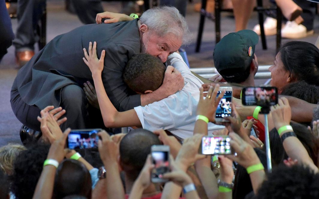 CANVASSING BALLOT: Former Brazilian President Luiz Inacio Lula da Silva is greeted by supporters during a rally in Belo Horizonte, Reuters/UNI