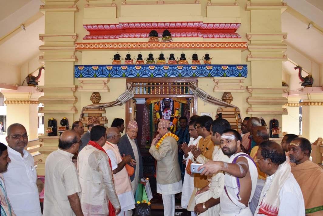 BOUND BY FAITH: Nepal's king Gyanendra Bir Bikram Shah Dev at the celebrations of the 25th year of Swami Nischalanda Saraswati being Sankaracharya of Puri at Goverdhan Math in Puri, UNI