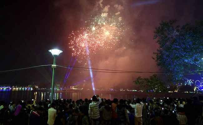 AHMEDABAD, DEC 26 (UNI) People celebrating Kankaria Carnival a week long festival at Kankaria lake in Ahmeldabad on Sunday night. UNI PHOTO-4u