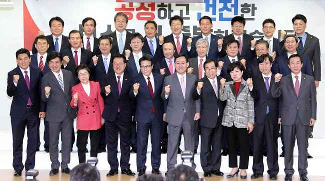 SEOUL, DEC 27 :- Lawmakers defecting from the ruling Saenuri Party pose for photographs during a news conference at the National Assembly in Seoul, South Korea, December 27, 2016. REUTERS -15R