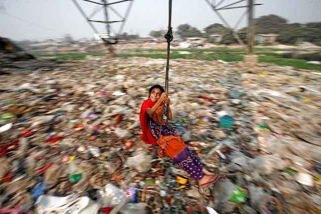 DHAKA, DEC 27 -- A Bangladeshi girl plays on a swing, in Dhaka, Bangladesh, December 27, 2016. REUTERS-16R