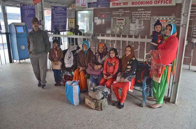 MIRZAPUR, DEC 28 (UNI)- Passengers wearing layers of warm clothes waiting, as the trains are running late due to fog, during a chillng winter morning at Mirzapur railway station on Wednesday. UNI PHOTO-81U