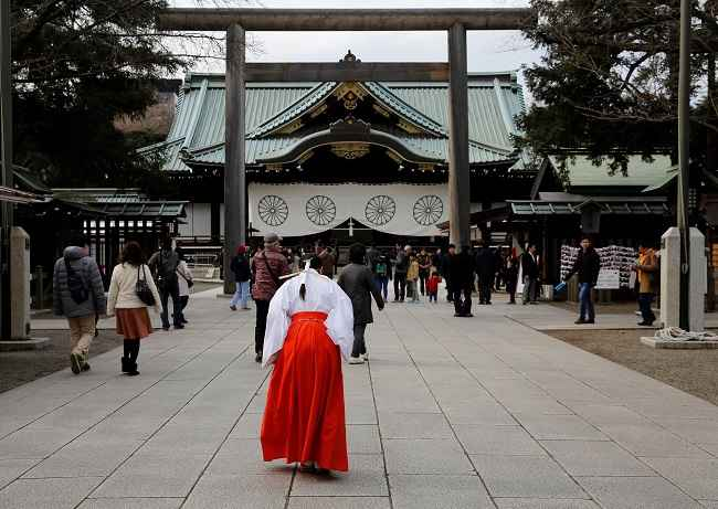 TOKYO, DEC 29:- A Shinto priestess bows at the Yasukuni Shrine in Tokyo, Japan, December 29, 2016. REUTERS-6R
